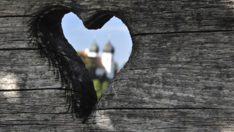 Herzdurchblick auf Kirche