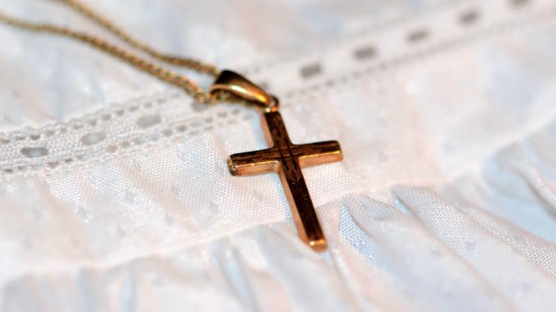 Kreuz auf Taufkleid
