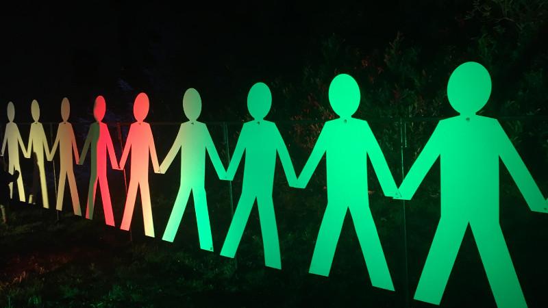 leuchtende Papiermenschen