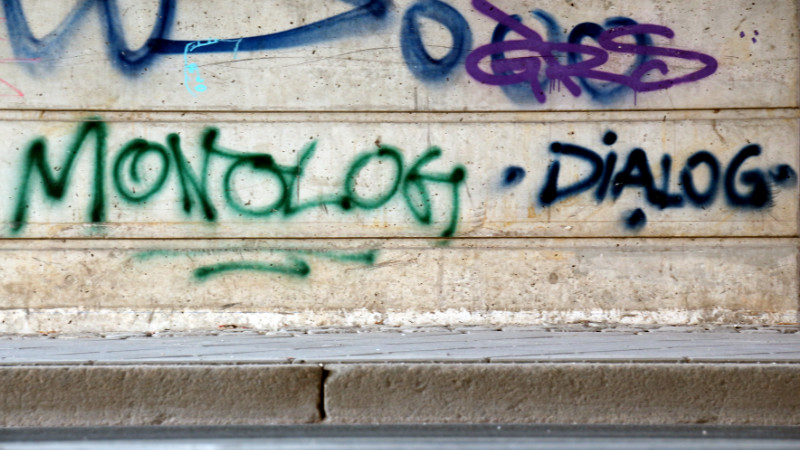 besprühte Mauer Monolog Dialog