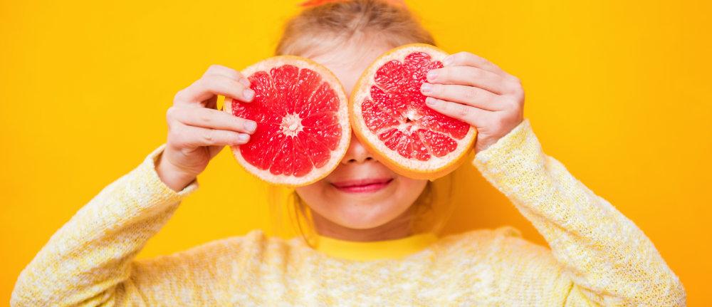 Mädchen mit Grapefruit