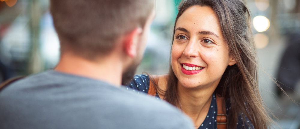 Frau mit Lächeln im Gespräch