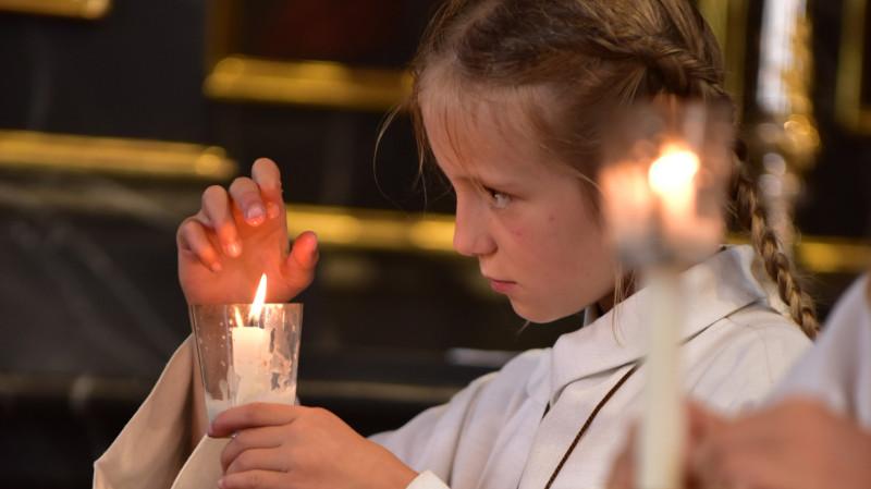 Mädchen mit Kerze