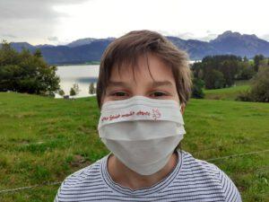 Junge mit Maske zur Firmung