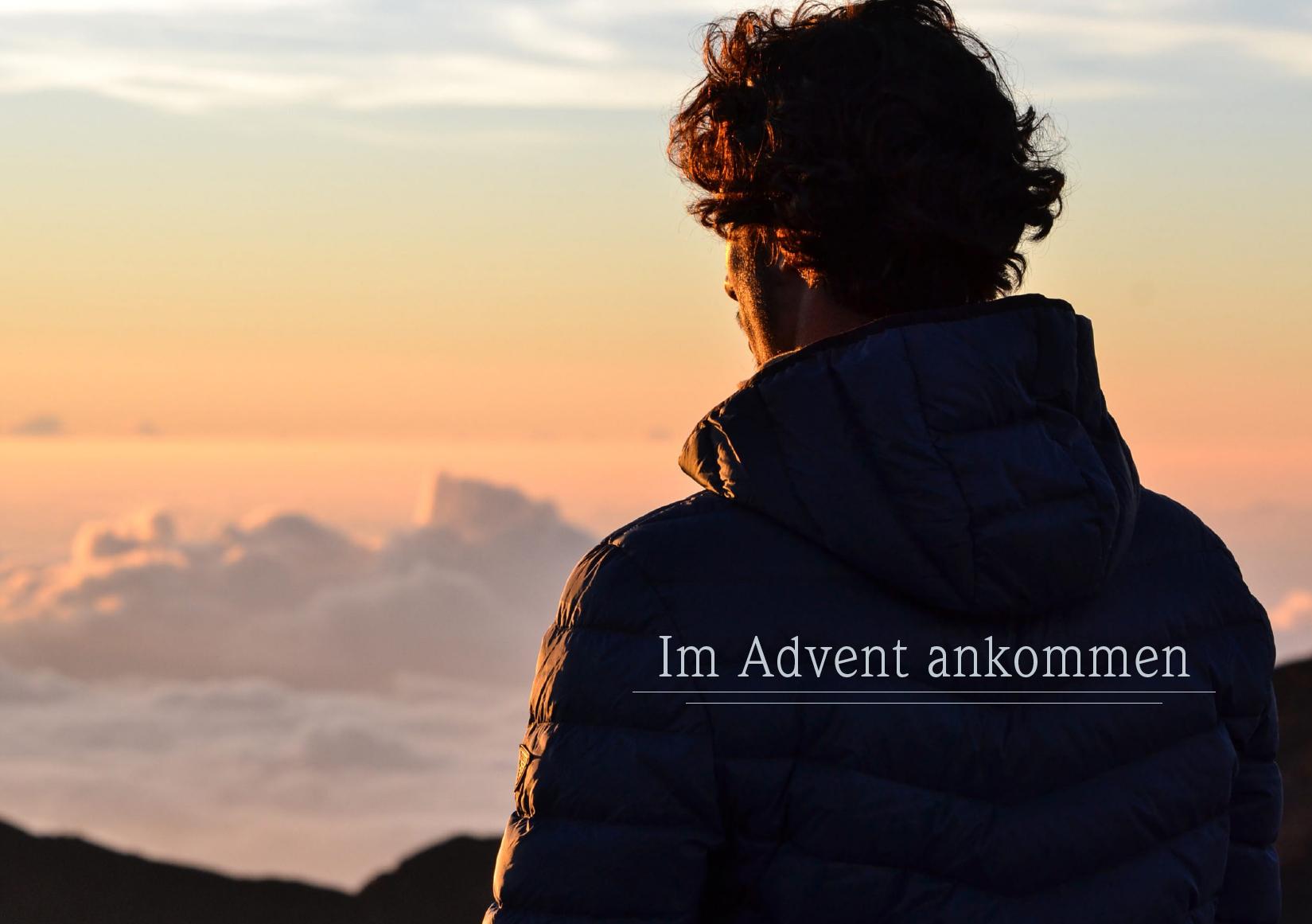 Mann blickt auf Berge