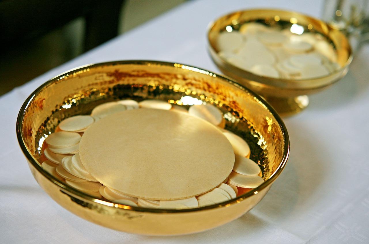goldene Schalen mit Hostien