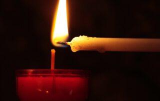 Kerze wird an Kerze entzündet