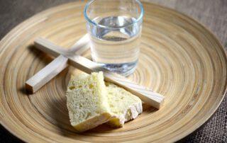 Schale mit Kreuz Brot und Wasser
