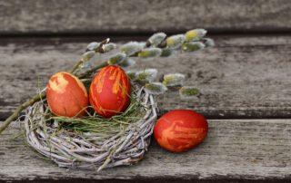 rote Ostereier mit Palmzweig