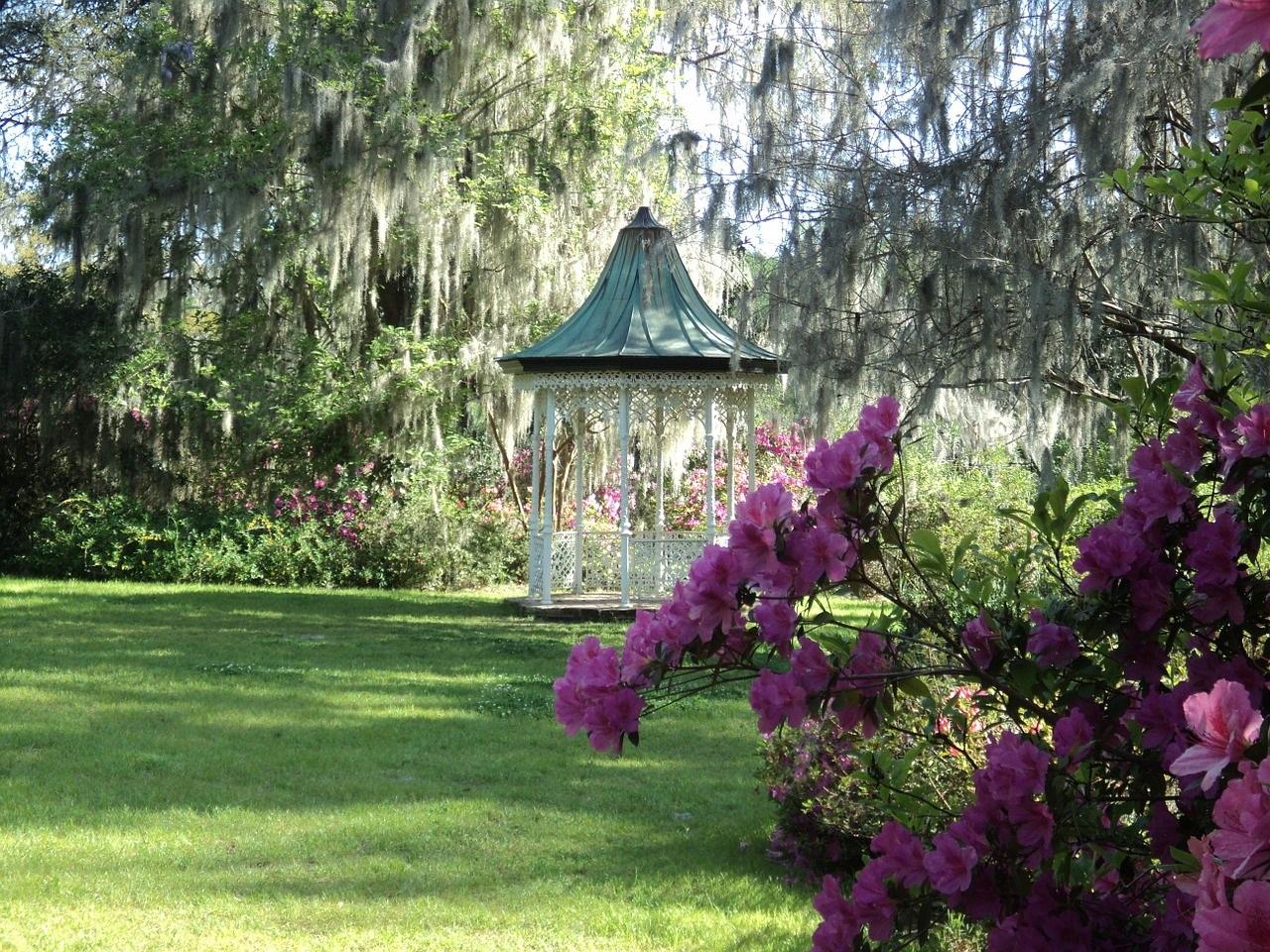romantischer Garten mit Pavillon