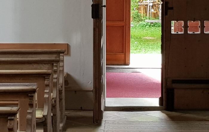 offene Kirchentür Foto Ilona Thalhofer